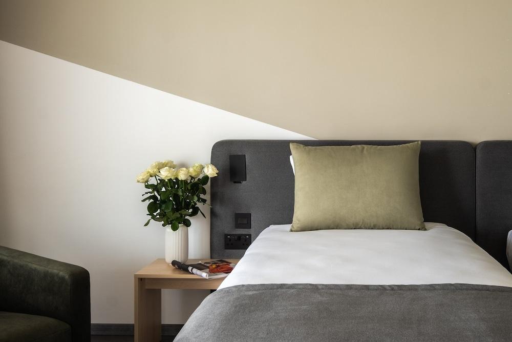 https://i.travelapi.com/hotels/3000000/2300000/2290500/2290462/68c7f665_z.jpg