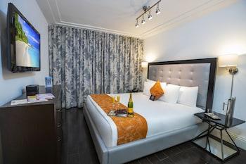Classic  1 Queen Bed, 235 sq ft