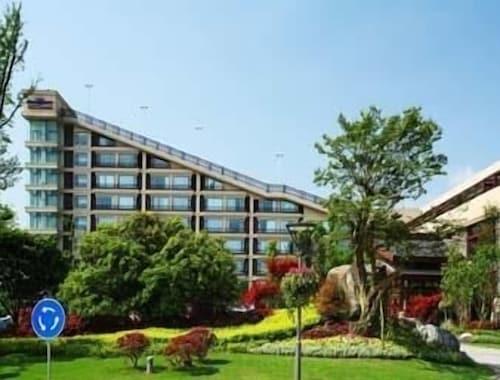 Howard Johnson Conference Resort Chengdu, Ngawa Tibetan and Qiang