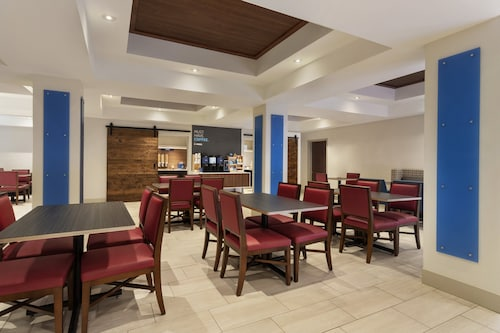 . Holiday Inn Express Hotel & Suites Durant