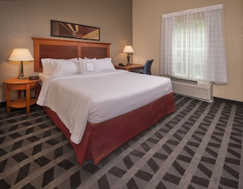Guestroom at Towneplace Suites by Marriott Clinton at Joint Base Andrews in Clinton