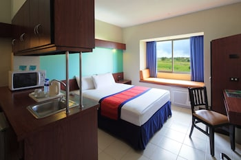 Microtel by Wyndham - Eagle Ridge Cavite Guestroom