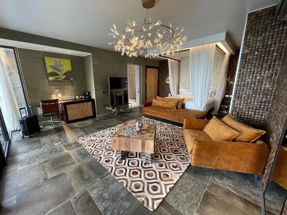 https://i.travelapi.com/hotels/3000000/2330000/2328600/2328562/4472447b_z.jpg
