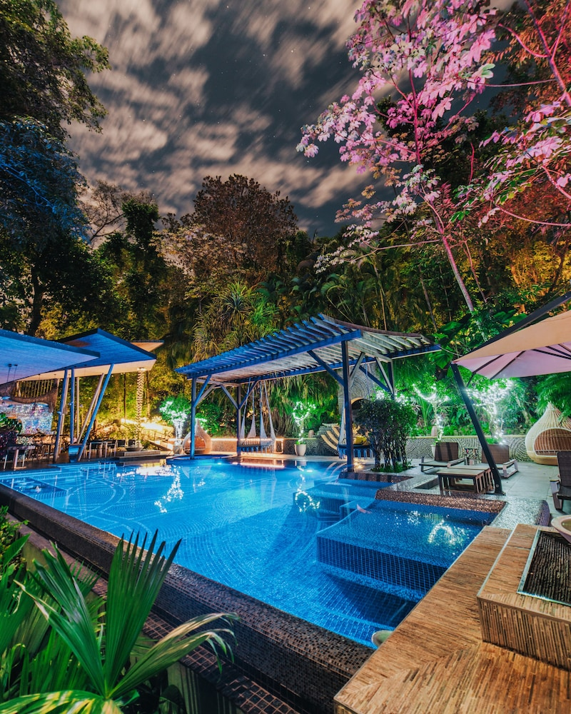 https://i.travelapi.com/hotels/3000000/2330000/2328600/2328562/541d7c70_z.jpg