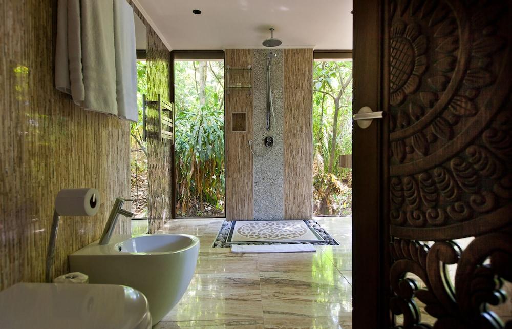 https://i.travelapi.com/hotels/3000000/2330000/2328600/2328562/7159f3e5_z.jpg