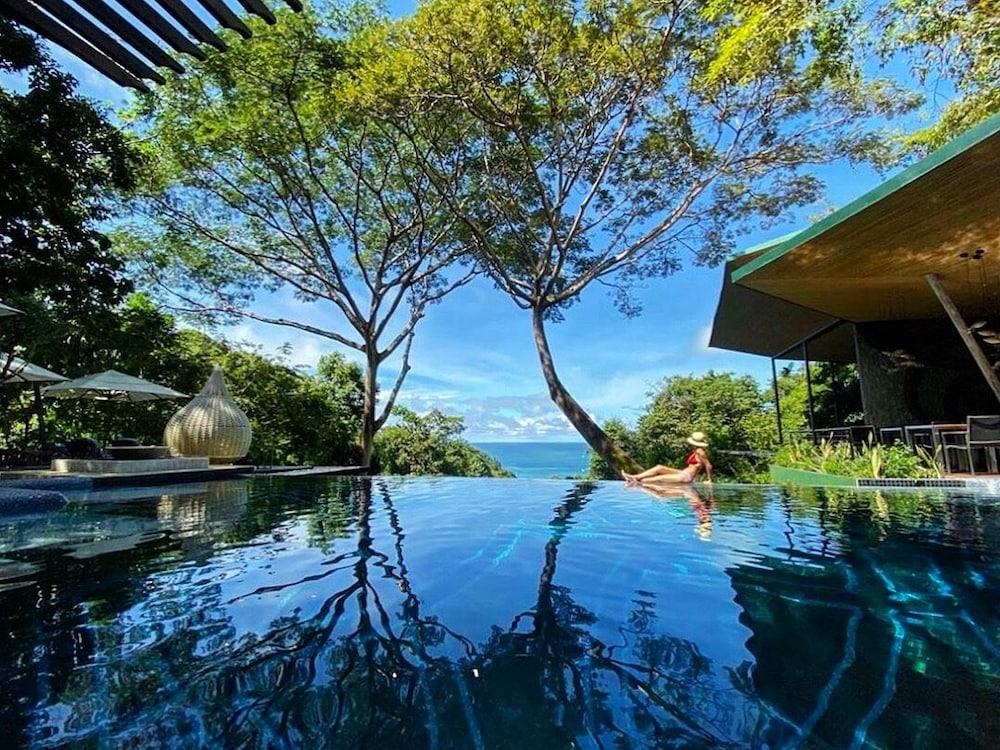 https://i.travelapi.com/hotels/3000000/2330000/2328600/2328562/e5f3b90b_z.jpg