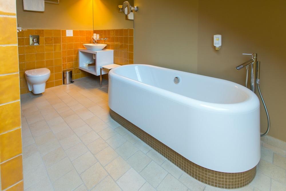 https://i.travelapi.com/hotels/3000000/2400000/2392000/2391911/fe8e71d2_z.jpg