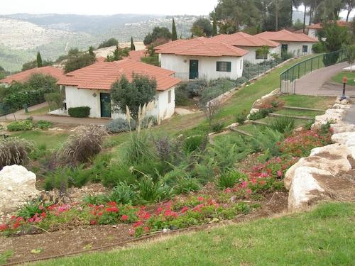 . Shoresh Green Hills Family Suites Hotel