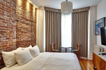 Standard Room 1 King Bed, Separate Shared Bathroom