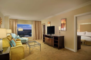 Deluxe Suite, 1 King Bed, Balcony, Golf View