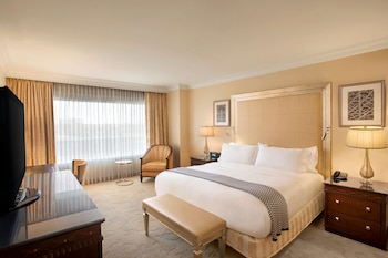 Deluxe Suite, 1 King Bed, Accessible, Bathtub