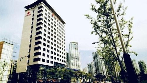 . Ramada by Wyndham Dongtan Hotel