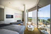 Grand room with balcony, sea side