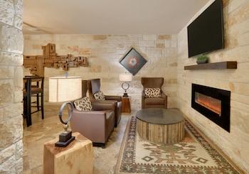 Lobby Sitting Area at Comfort Suites Arlington - Entertainment District in Arlington