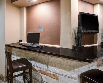 Business Center at Comfort Suites Arlington in Arlington
