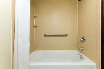 Super 8 by Wyndham Enid - Bathroom  - #0