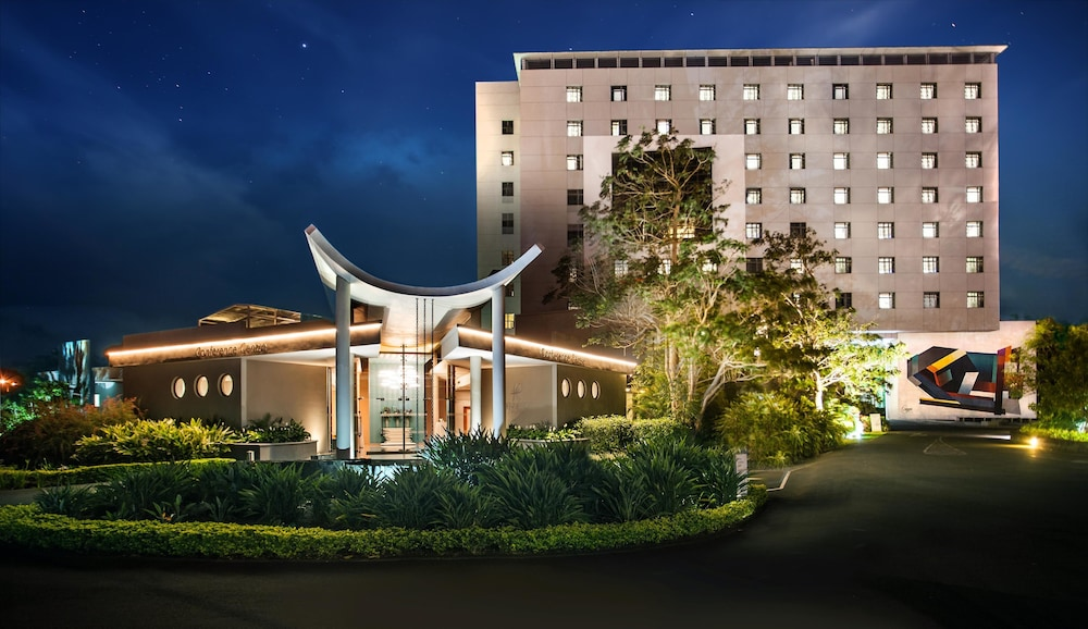 Hennessy Park Hotel, Featured Image