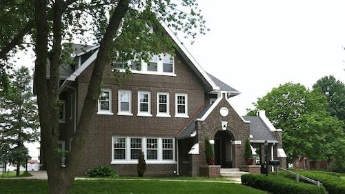 . Iowa House Historic Inn near Campus