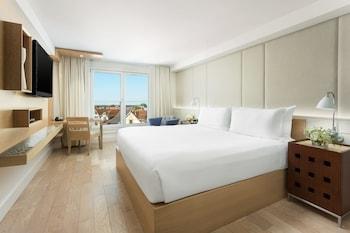 Suite, 1 King Bed, Partial Ocean View