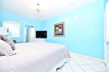 Deluxe Room, 1 King Bed, Pool View