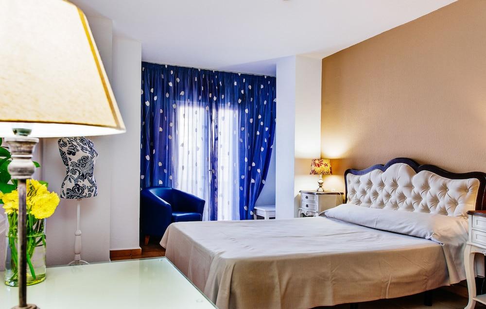 Hotel Madrid, Featured Image