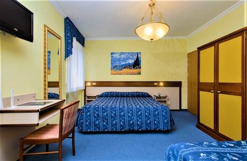. HOTEL PAPA