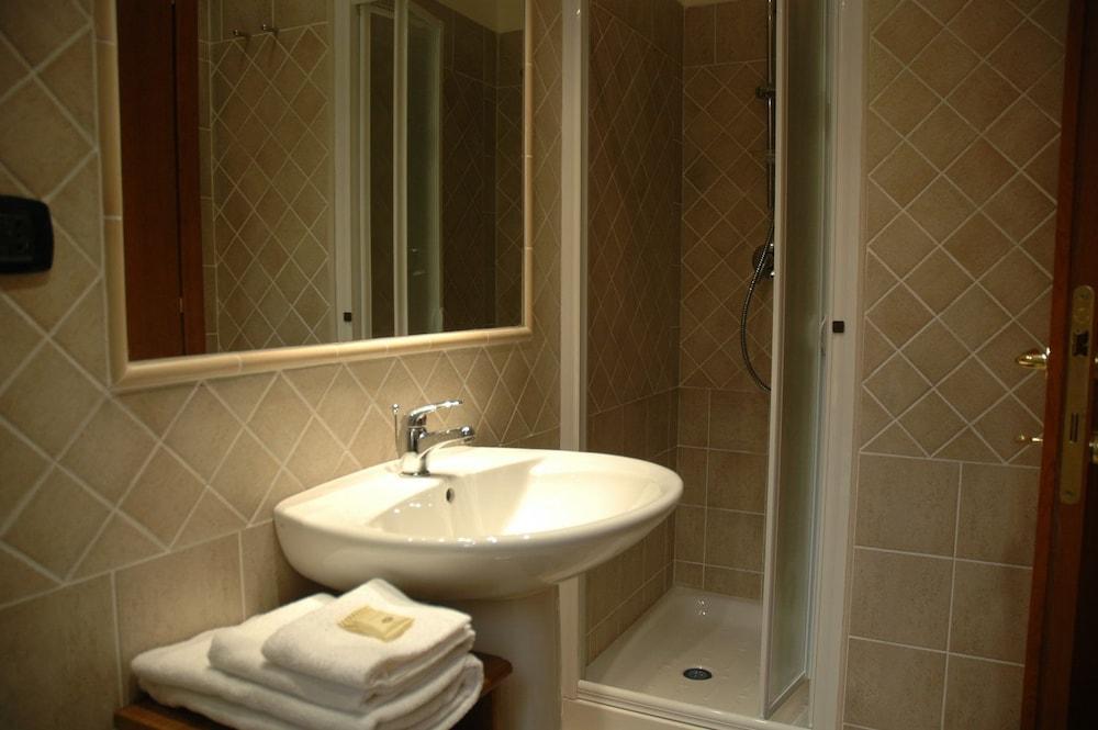 바티칸 B&B(Vatican Bed & Breakfast) Hotel Image 12 - Bathroom