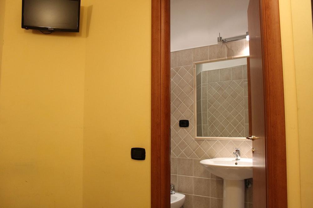 바티칸 B&B(Vatican Bed & Breakfast) Hotel Image 15 - Bathroom