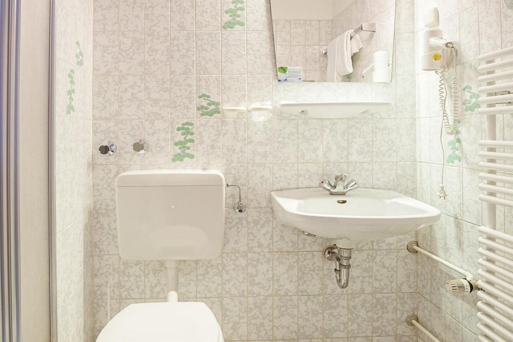 호텔 하노버 에어포트 바이 프리미어 클라세(Hotel Hannover Airport by Premiere Classe) Hotel Image 19 - Bathroom