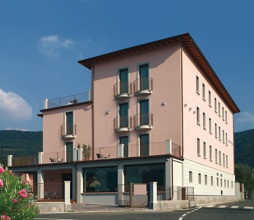 __{offers.Best_flights}__ International Hotel Iseo