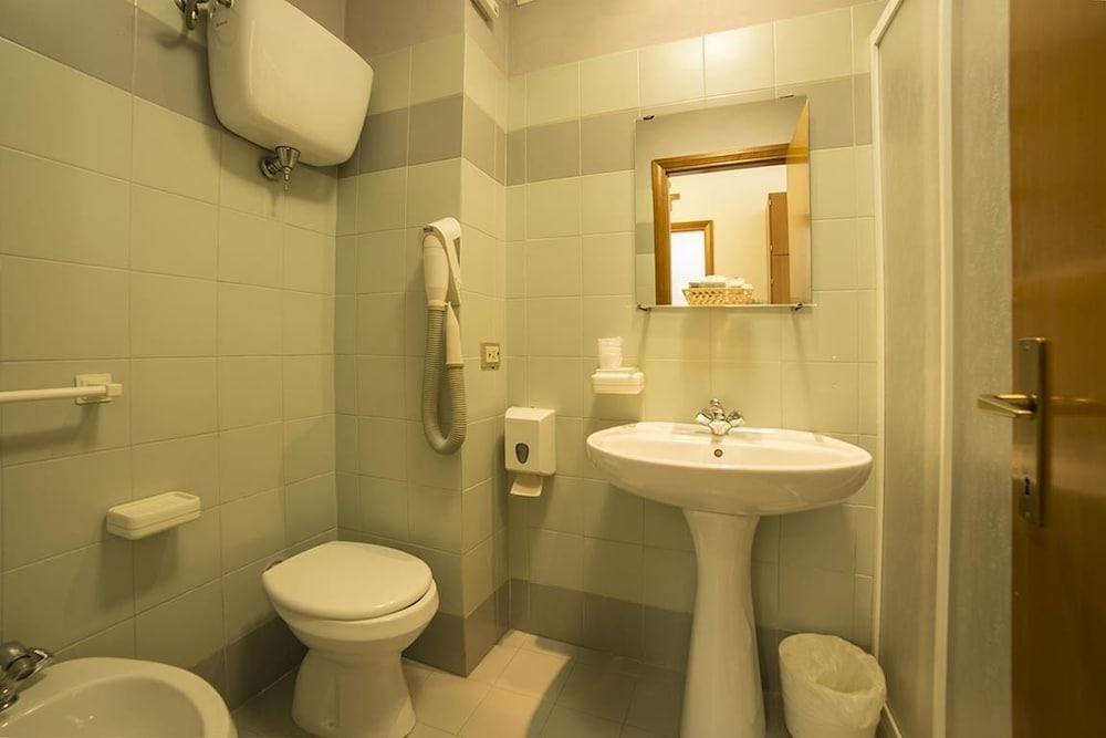 알베르고 안카자니(Albergo Ancajani) Hotel Image 17 - Bathroom