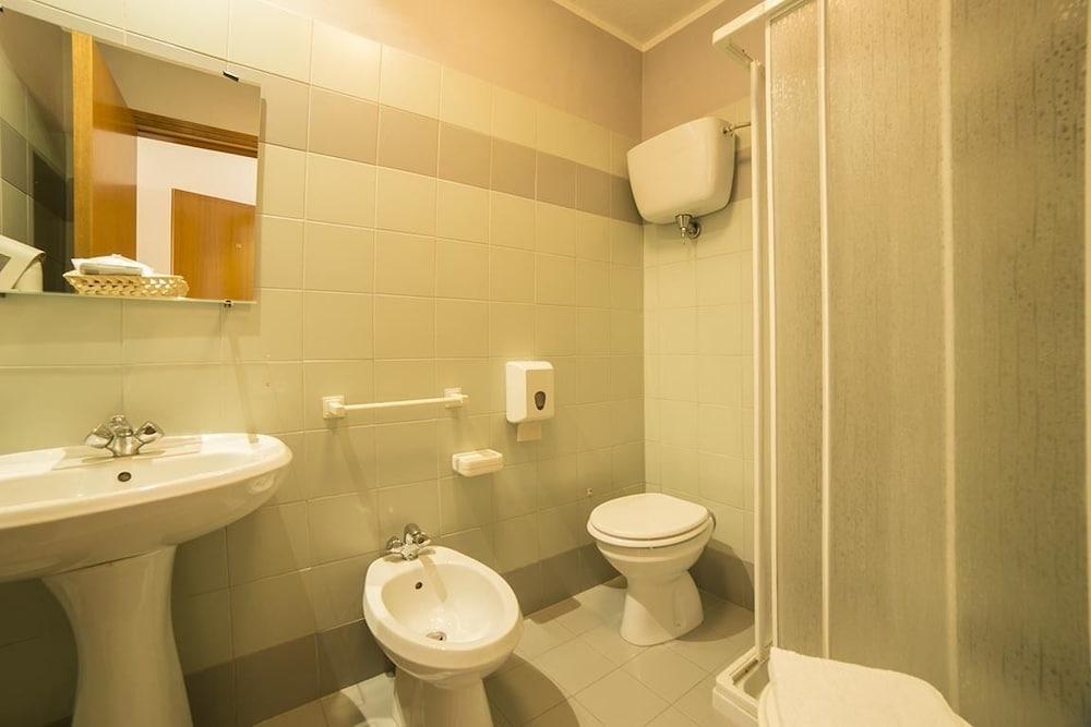 알베르고 안카자니(Albergo Ancajani) Hotel Image 18 - Bathroom
