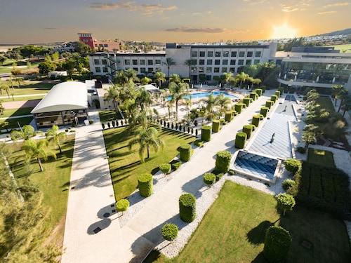 . La Finca Resort