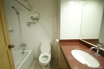 Diplomat Hotel Cebu Bathroom