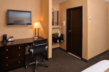 Guestroom at Baltimore Plaza Inner Harbor in Baltimore