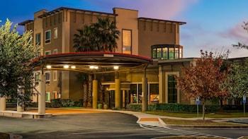 貝斯特韋斯特普拉斯拉克蘭套房飯店 Best Western Plus Lackland Hotel & Suites