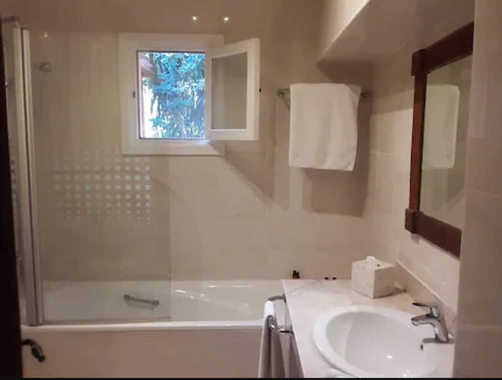 https://i.travelapi.com/hotels/3000000/2650000/2645700/2645687/accb2d66_z.jpg