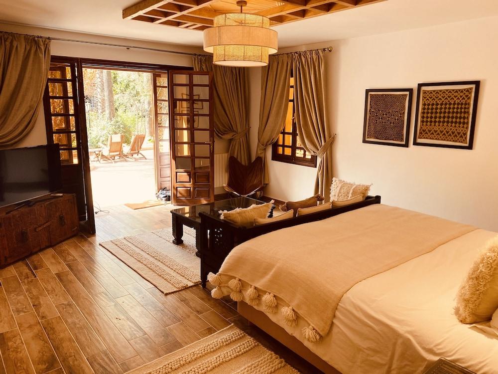 https://i.travelapi.com/hotels/3000000/2650000/2645700/2645687/e8a85c8e_z.jpg