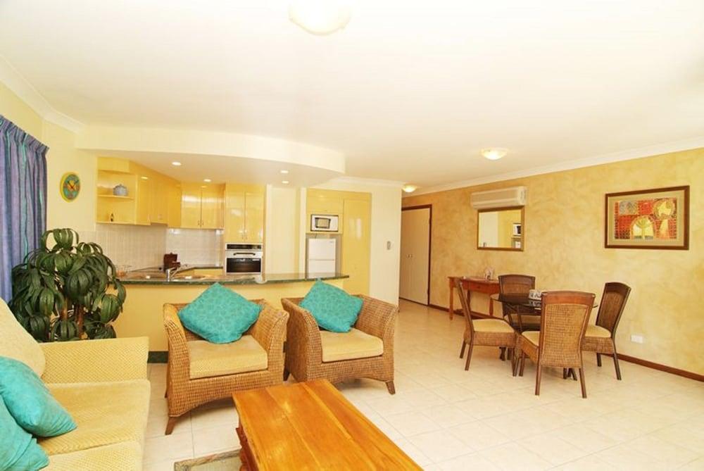 https://i.travelapi.com/hotels/3000000/2660000/2650800/2650737/758f944d_z.jpg