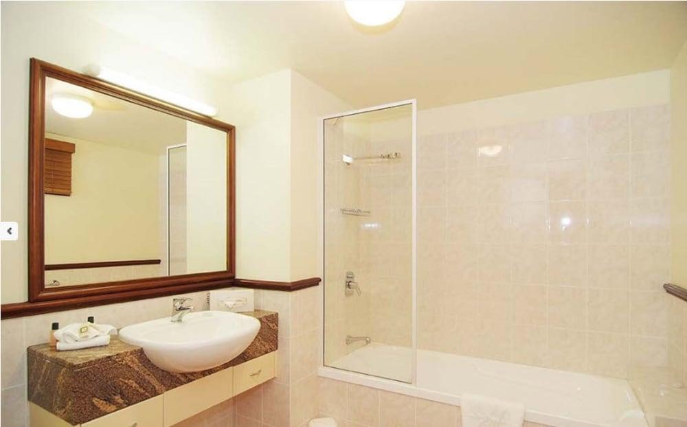 https://i.travelapi.com/hotels/3000000/2660000/2650800/2650737/b6590e13_z.jpg