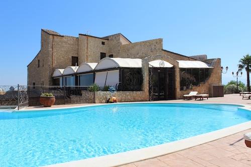 . Grand Hotel La Batia
