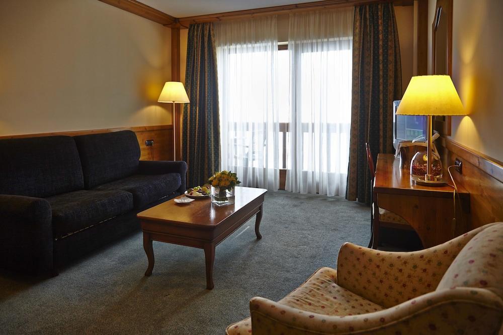 https://i.travelapi.com/hotels/3000000/2670000/2667800/2667730/00f6f066_z.jpg