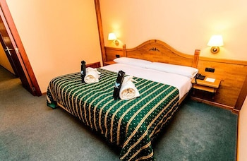 https://i.travelapi.com/hotels/3000000/2670000/2667800/2667730/4afb4ea2_b.jpg