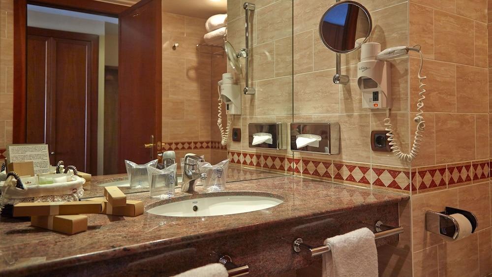 https://i.travelapi.com/hotels/3000000/2670000/2667800/2667730/77fdcc6a_z.jpg