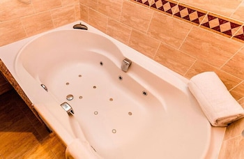 https://i.travelapi.com/hotels/3000000/2670000/2667800/2667730/b1b18c18_b.jpg