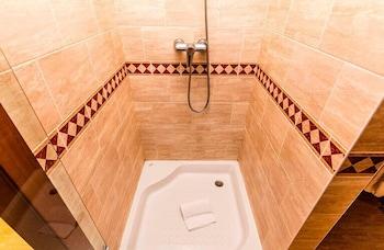 https://i.travelapi.com/hotels/3000000/2670000/2667800/2667730/c682d71b_b.jpg