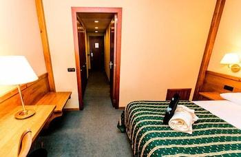 https://i.travelapi.com/hotels/3000000/2670000/2667800/2667730/ea2c8b50_b.jpg