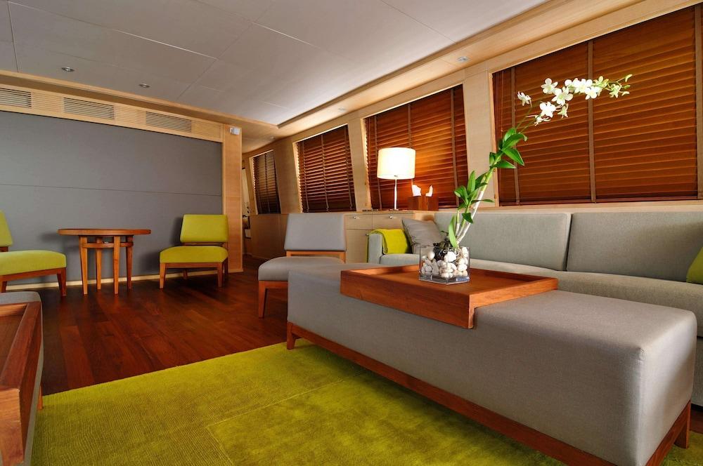 https://i.travelapi.com/hotels/3000000/2680000/2674300/2674261/add543bf_z.jpg