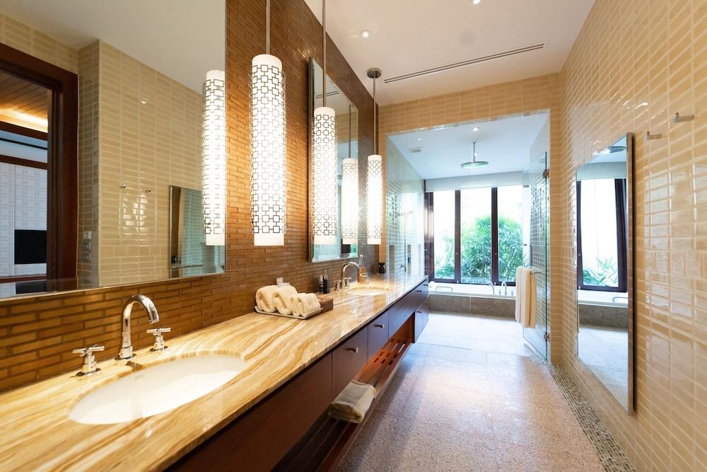 https://i.travelapi.com/hotels/3000000/2680000/2674300/2674261/ae8f9108_z.jpg