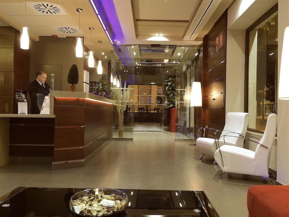 https://i.travelapi.com/hotels/3000000/2700000/2690300/2690203/e961d822_z.jpg